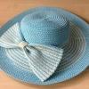 หมวกปีกกว้าง สีฟ้าลายขาว ประดับด้วยโบว์