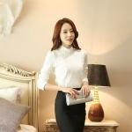 เสื้อเชิ้ตลูกไม้ทั้งตัว แต่งผ้าริ้วคาดหน้า คอจีนแต่งระบายประดับไข่มุก สีขาว(White)
