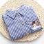 เสื้อเชิ้ตยีนส์อ่อนพิมพ์ลายทาง ปักแมวโผล่กระเป๋า สีลายฟ้า thumbnail 5