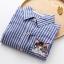 เสื้อเชิ้ตยีนส์อ่อนพิมพ์ลายทาง ปักแมวโผล่กระเป๋า สีลายฟ้า thumbnail 4