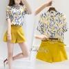 ซตเสื้อ ทรงเชิ้ตคอจีน กระดุ่มหน้า พิมพ์ลายดอกไม้ สีสวย มาคู่กางเกงขาสั้นสีเหลือง