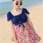 ชุดว่ายน้ำวันพีช ช่วงบนสีน้ำเงิน แต่งกระโปรงลายดอกไม้สีสันสดใส สม็อคช่วงอก ผูกโบว์น่ารัก