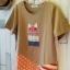 เสื้อยืด bedada แต่ง patchwork ลายแมว ชายเสื้อไขว้ สีน้ำตาลอ่อน thumbnail 2