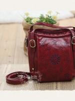 กระเป๋าหนัง pu รุ่นสะพายไหล่ทรงมน งานฉลุ สีแดง