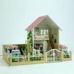 บ้านหลังใหญ่ สีชมพู มีสวนรอบบ้าน