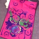 ผ้าพันคอ Chanel สวยพรีเมียม ลายดอกไม้และโลโก้ CC สวยเก๋ไม่เหมือนใคร เนื้อผ้าหนานุ่ม อีกด้านพื้นขาวนวลเรียบหรู ขนาดประมาณ 70x180 cm. พันคอ คลุมไหล่สวยไฮโซ ได้ทุกโอกาส