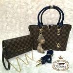 กระเป๋า Louis Vuitton เซ็ต 2 ใบ ใบใหญ่ 10 นิ้ว ปากกระเป๋าแต่งอะไหล่ ทองสวยหรู ปากกระเป๋าซิป ด้านในบุอย่างดี และกระเป๋าสะพายเข้าชุด เป็นกระเป๋าสตางค์ยาว มีสายคล้องมือถือเป็นคลัทช์ได้สวยเก๋ มีสายโซ่ ทองยาวสะพายได้ พร้อมสายยาวถอดได้ พวงกุญแจฟูนุ่มน่ารัก และถ