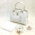 กระเป๋า Louis Vuitton 10 นิ้ว สวยเก๋อะไหล่ทอง 3 ชั้น ซิปช่องกลาง ด้านในบุอย่างดี พร้อมสายยาวถอดได้ และถุงผ้า