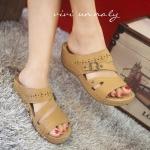 รองเท้าแฟชั่นลำลอง แบบสวม แต่งเข็มขัดด้านหน้า แบบสวยเรียบเก๋ พิเศษตรงที่ พื้นรองปุ่มนวดเท้า ใครชอบรองเท้านิ่มๆใส่สบายสไตล์รักสุขภาพเท้าแนะนำคู่นี้เลย สีแทน ดำ สูง 2 นิ้ว