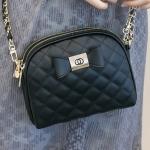 กระเป๋าแฟชั่น สีดำ สะพายข้าง เรียบเก๋ดูดี Brand Axixi แท้ 100% ทรง เล็กน่ารัก 2 ซิป ติดโบว์ อะไหล่ทอง สายโซ่ร้อยหนังสวยหรู ถอดสายออก ได้ ขนาดกว้าง 19 CM สูง 16 CM หนา 6.5 CM. นน. 0.55 kg.