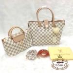 กระเป๋า Louis Vuitton ชุดเซ็ต 2 ใบ 10 นิ้ว สวยหรู อะไหล่ทอง ปากกระเป๋า ซิป ใบกลางแต่ง LV ทอง เป็นสะพายได้ พร้อมพวงกุญแจปอมขนฟูนุ่ม สายยาวถอดได้ และถุงผ้า