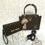 กระเป๋า Louis Vuitton เซ็ต 2 ใบ ใบใหญ่ 9 นิ้ว แต่ง LV ทองสวยหรู ปาก กระเป๋าซิป ด้านในบุอย่างดี และกระเป๋าสะพายเข้าชุด เป็นกระเป๋าสตางค์ ยาว มีสายคล้องมือถือเป็นคลัทช์ได้สวยเก๋ มีสายโซ่ทองยาวสะพายได้ พร้อมสายยาวถอดได้ พวงกุญแจฟูนุ่มน่ารัก และถุงผ้า