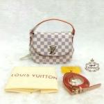 กระเป๋า Louis Vuitton 7 นิ้ว สวยเก๋น่ารัก แต่ง LV ทอง ด้านในบุอย่างดี พร้อมสายยาวถอดได้ และถุงผ้า