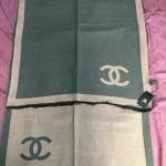 ผ้าพันคอ Chanel สวยพรีเมียม เรียบหรูคลาสสิคด้วยสีทูโทน ใช้ได้ 2 ด้านสีสลับกัน เนื้อผ้าหนานุ่ม ขนาดประมาณ 70x180 cm. พันคอ คลุมไหล่สวยไฮโซ ได้ทุกโอกาส