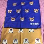 ผ้าพันคอ Moschino สวยพรีเมียม ลายหมี สุดน่ารัก ใช้ได้ 2 ด้าน สีสลับกัน เนื้อผ้า หนานุ่ม ขนาดประมาณ 70x180 cm. พันคอ คลุมไหล่สวยไฮโซ