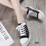 รองเท้าผ้าใบ Classic Women's Sneaker Everyday Look แมทเสื้อผ้าทุกสไตล์ ดีไซน์สวยเท่ห์ ไม่มีเบื่อ วัสดุผ้าใบอย่างดี แต่งลายดาวเก๋ๆ ด้านข้าง รูปทรงเพรียว กระชับ พื้นรองเท้ารับน้ำหนักได้อย่างดี จะนำมามิกซ์แอนด์แมทช์กับอะไรก็ดูดี ลง ตัวสุดๆ สีดำ ขาว น้ำเ