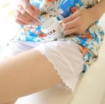 กางเกงขาสั้นซับในคนท้องปลายขาลูกไม้ สีขาว