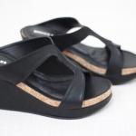 รองเท้าแฟชั่น ส้นเตารีด แบบสวมเว้าข้างสวยเก๋ ทำจากหนังนิ่ม ใส่แล้ว ขับผิวเท้าแลดูหรู แมทกับชุดก็ง่าย ใส่ได้เรื่อยๆ ทรงสวย สวมใส่ง่าย ใส่ สบาย สูง 3.5 นิ้ว สีดำ ครีม ตาล (972-40)