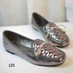 รองเท้าคัทชูส้นแบน New Women's Flat Shoe สไตล์ Modern วัสดุทำจากหนัง PU สีเมทาลิคเงาสวยเก๋หรู คุณภาพดี ดีเทลด้านบนเป็นหนังบุนวมด้วยลายตาราง พร้อมแต่งโบว์เก๋ๆ สวมใส่สบายมาก แมทช์ได้กับทุกลุค เหมาะกับทุกโอกาส สีเงิน ดำ ทอง