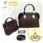 กระเป๋า Louis Vuitton ชุดเซ็ต 2 ใบ ใบใหญ่ 12 นิ้ว สวยเรียบหรู ใบกลางเป็นกระเป๋าสะพายได้ ปากกระเป๋าซิป ด้านในบุอย่างดี พร้อมสายยาวถอดได้และถุงผ้า
