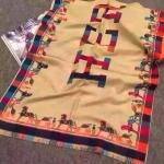ผ้าพันคอ Hermes สวยพรีเมียม ใช้ได้ 2 ด้าน 2 ลาย ด้านลาย Hermes 7 สี บนพื้นสีเบจ และอีกด้านลายทางสีสลับ 7 สี สุดเก๋ เนื้อผ้าหนานุ่ม ขนาด ประมาณ 70 x 200 cm. พันคอ คลุมไหล่สวยไฮโซ