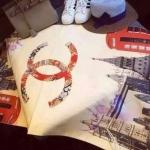 ผ้าพันคอ Chanel ลายลอนดอนสวยพรีเมียม ด้านหลังสีพื้นขาว เนื้อผ้าหนานุ่ม ขนาดประมาณ 70x180 cm. พันคอ คลุมไหล่สวยไฮโซ