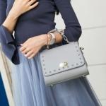 กระเป๋าแฟชั่น สวยหรูน่ารัก Brand :: Axixi แท้ 100% หนัง PU เนื้อดี แต่งฝากระเป๋า แต่งด้วยมุกและแต่งขอบลายฉลุสวยๆ สวยหูหิ้ว แต่งเข็มขัดเก๋มาก ปากกระเป๋าด้าน ในเป็นซิป ด้านหลังมีช่องใส่บัตร สายสะพายแบบหนังปรับความยาวได้ ถอดสายออก ได้ สีเทา ขนาดกว้าง 22 CM ส