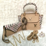 กระเป๋า Louis Vuitton เซ็ต 2 ใบ ใบใหญ่ 10 นิ้ว แต่งข้างและหูหิ้วลายสก๊อต สวยหรู ปากกระเป๋าซิปแต่ง V ทอง ด้านในบุอย่างดี และกระเป๋าสตางค์ยาว เข้าชุด มีสายคล้องมือถือเป็นคลัทช์ได้สวยเก๋ มีสายโซ่ทองยาวสะพายได้ พร้อมสายยาวถอดได้ พวงกุญแจฟูนุ่มน่ารัก และถุงผ้า