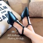 รองเท้าคัทชู ส้นเตี้ย Style Valentino วัสดุหนังพียูเนื้อมันเงา แต่งสายคาด T-Strap รัดข้อตอกอะไหล่หมุด ตะขอเกี่ยวปรับได้ ส้นสูง 2 นื้ว ทรงสวย ใส่ แล้วสวยแอบเซ็กซี่ มีความเก๋ คู่เดียวเอาอยุ่ในทุกชุด
