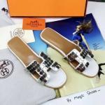 รองเท้าแตะ สไตล์ Hermes แบบสวมลำลอง งานดีไซน์เรียบหรู งานดี แต่งอะไหล่เงิน ทนสวยไม่สนิม สวยชิคกับทุกชุด (no logo)