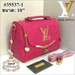 กระเป๋า Louis Vuitton 10 นิ้ว ทรงหมอนสวยหรู น่ารัก หนังปั๊มลายโมโนแกรม แต่ง LV ทองด้านหน้า ปากกระเป๋าซิป 2 ข้างและล็อคลูกบิด ด้านในบุอย่างดี พร้อมสายยาวถอดได้ การ์ดและถุงผ้า