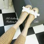 รองเท้าแตะแฟชั่น สไตล์ Miu Miu งานชนช้อป แบบสวมสวบเก๋ วัสดุหนังเงานิ่ม แต่งโบว์สุดคลาสสิค ส้นแต่งเชือกพันปอเสมอหน้าหลัง หนา 0.5 นิ้ว น้ำหนักเบา หวิว ช่วยเพิ่มความเก๋ให้กับเท้าของคุณได้เป็นอย่างดี สีดำ ขาว