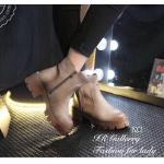 รองเท้าบูทหนัง สวยเท่ห์ หนังพียูงานเหมือนหนังแท้ แต่งซิปข้างสวมใส่ง่าย หุ้มข้อ ทรงเก๋ ส้นยางกันลื่นสูง 2 นิ้ว เหยียบหิมะได้ ด้านในซับผ้าเนื้อทรายนุ่ม ใส่แล้วอุ่นเท้ากำลังดี แมทเท่ห์ได้สบาย สีดำ น้ำตาล เท่า (208)