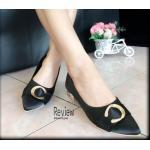 รองเท้าคัชชู ส้นเตี้ย สวยเก๋ วัสดุผ้าซาติน แต่งอะไหล่ทองด้านหน้าตัว c ส้นสีทอง สูง 1 นิ้ว เรียบหรู ดูดีสุดๆ สี ดำ