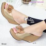 รองเท้าส้นเตารีด ทรงสวมสวยหรู แต่งโบว์ด้านหน้า เพิ่มความน่ารักด้วยลูกปัด เป็นพู่แน่นด้านข้าง สูง 3 นิ้ว กระชับเท้า ใส่สบาย