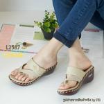 """รองเท้าส้นเตารีด สวยเรียบหรู วัสดุจาก Polyester based pu เล่นสี two tone พื้นรองเท้าเสริมฟองน้ำหุ้ม pu สวมใส่สบายเท้า ใส่ลูกเล่นด้ายถักด้านข้าง ติด อะไหล่จรเข้สีทอง สูง 2.5"""""""