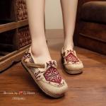 รองเท้าคัชชู ที่เห็นแล้ว Like เลย ทำจากผ้าปักลายเกร๋ๆ แต่งคาดหน้า ส้นด้วย เชือกปอถักน่ารักๆ ทรงเก๋ไม่เหมือนใคร ใส่เดินสบาย สูง2ซม.
