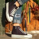 รองเท้าผ้าใบ สไตล์คอนเวิสหุ้มข้อ The Best Classic Sneaker ด้วยความเรียบ ง่ายและคลาสสิค วัสดุทำจากผ้าใบคุณภาพดี ทำความสะอาดง่าย สวมใส่สะดวก สบายด้วยซิปด้านข้าง แมทใส่เสื้อผ้าได้กับทุกสไตล์ โดยเฉพาะถ้าแต่งตัว Street style หรือ มินิมอล ก็ดูลงตัวและเข้ากันเป็