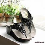 รองเท้าแฟชั่น ลำลอง แบบหนีบ ส้นเตารีด สวยน่ารัก ด้านหน้าโดดเด่นด้วย การประดับตกแต่งดอกไม้น่ารักมาก งานตอกหมุดแข็งแรงทนทาน ส้นสูง 2.5 นิ้ว พื้นนิ่มมาก สวมใส่สบายเหมาะสำหรับลุคสาวหวาน แมทได้ทุกชุด สีทอง ดำ (L2768)