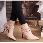 รองเท้าส้นสูง ทรงหัวแหลม VALENTINO Style แบบน่ารักดูดี วัสดุหนัง Saffiano อย่างดี สีสวย แต่งดีเทลหมุดทอง ตามสไตล์แบรนด์ ทรงใส่สวย ดูเท้าเรียวเล็ก ใส่ สบาย มีดีเทลซิปหลัง สวมใส่ง่าย สูง 3 นิ้ว สาวๆ ควรมีไว้ครอบครอง