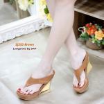 รองเท้าแฟชั่น สวยเก๋ ส้นเตารีด แบบคีบ โชว์เรียวเท้า งานสวยมาก วัสดุหนังนิ่ม พื้นนิ่ม ดีไซน์สวยด้วยส้นหนังสีทองเพิ่มความโดดเด่น ส้นสูง 4 นิ้ว เสริมหน้า 1.5 นิ้ว เดินสบาย สีขาว ดำ ตาล