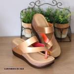 รองเท้าแฟชั่น ลำลองส้นเตารีด แบบสวมคาดเฉียงคีบนิ้วโป้ง ดีไซน์เกร๋ๆ ที่สามารถใส่ได้ตลอด งานสวย พื้นบุนวมนิ่ม ตอกหมุดแข็งแรงทนทาน สูง ประมาณ 2.5 นิ้ว เสริมหน้าทำให้เดินสบายๆ วันสบายๆ ชิวๆ ต้องคุ่นี้เลย สีดำ ตาล ทอง (L2761)