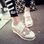 รองเท้าคัทชู สไตล์ Platform รองเท้าส้นหนาสุดเท่ห์ ดีไซน์โดดเด่นเก๋ไก๋ วัสดุหนัง PU ผสม Polyester อย่างดี ดีเทลตัวรองเท้าจะเป็นซีทรูช่วงหน้า เท้าและข้างๆพร้อมแต่งลายดาวสุดเก๋ เสริมลุคด้วยส้นรองเท้าที่หนาและเบา สบาย พยุงน้ำหนักได้อย่างดีเยี่ยม Mix & Matchได