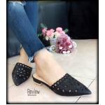 รองเท้าคัทชู ส้นเปิด สวยหรู แต่งลายปักฉลุ หัวแหลมใส่แล้วเท้าดูเรียวยาว สวยเก๋ไม่เหมือนใคร จะใส่กับลุคไหนๆก็ดูเข้ากัน สีดำ