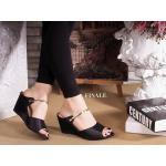 รองเท้าแฟชั่น ส้นเตารีด สวยหรู บุผ้าซาติน ทรงสวมเพรียว แต่งคาด แถบเส้นทองด้านหน้าสวยลงตัว ส้นเตารีดเดินง่าย สูงประมาณ 2.5 นิ้ว ใส่สบาย แมทได้ทุกชุด