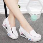 รองเท้าคัทชู ลำลองแพลตฟอร์ม ส้นเตารีด wedged mules soft comfort ตัวรองเท้าทำจากหนังเคลือบพิมพ์ลาย เกรด A เสริมหน้า 2 cm ส้น 6 cm สวยเก๋เรียบหรู วัสดุพื้นรองเท้าทำจาก PU น้ำหนักเบา ทำความสะอาดง่าย แมตซ์กับเสื้อผ้าชุดไหนๆ ก็สวยเก๋ สุดชิค