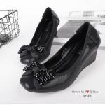 รองเท้าคัทชู สีดำ ส้นเตารีด สวยหรู ผ้าหนังสีออกเมทัลลิค ทำให้ใส่แล้ว ดูขับผิวเท้า ด้านหน้าประดับโบว์คลิสตัลน่ารัก พื้นบุนวมนิ่ม ทรงสวย ใส่ สบาย ใส่ได้เรื่อยๆ ดูดี แมทได้ทุกชุด สูง 2 นิ้ว (525E7)