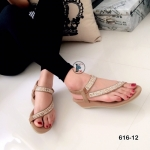 รองเท้าแฟชั่น ลำลองแบบสวมโป้ง สายไขว้แต่งอะไหล่เพชรหรูแน่น ดูแพง รัดส้นสายรัดยางยืดกระชับเท้า พื้นบุนวมนิ่ม ส้นเตารีดสูง 2 นิ้ว ส้นยางพารา กันลื่น ใส่แล้วขับผิวขาวผ่อง ใส่สวยได้ทุกวัน สีดำ กากี