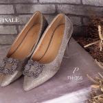 รองเท้าคัทชู MANOLO BLAHNIK Style ทรงหัวแหลม ส้นเตี้ย Flat วัสดุหนัง Glitter วิ้งอย่างดี แต่งอะไหล่ signature ตามสไตล์แบรนด์ เพิ่มความเก๋ดูดี ใส่ นิ่มสบายเท้า ใส่สวย ดูเท้าเรียวเล็ก สาวๆควรมีไว้ครอบครอง