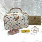 กระเป๋า Louis Vuitton 10 นิ้ว ทรงหมอนเหลี่ยมสวยน่ารัก ปากกระเป๋าซิป 2 ชั้น หน้าหลัง ด้านในบุอย่างดี พร้อมสายยาวถอดได้ การ์ดและถุงผ้า